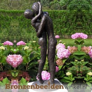 innig liefdespaar als tuinbeeld